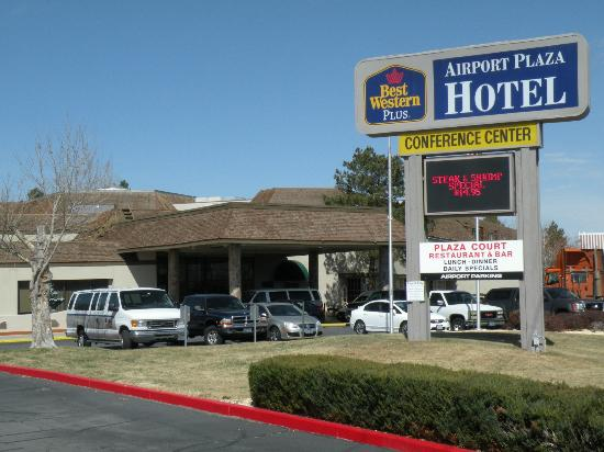 BEST WESTERN PLUS Airport Plaza Hotel: Front view of hotel entrance