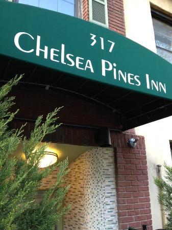 Chelsea Pines Inn: Entrance