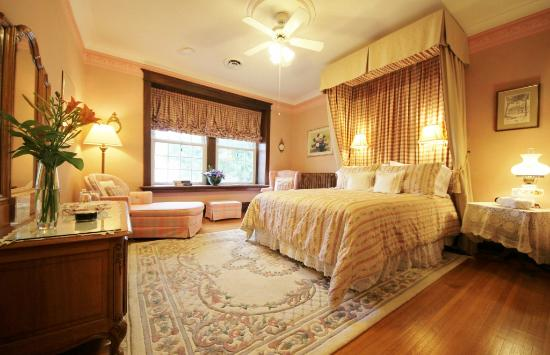 Birmingham Manor Bed and Breakfast: Sandringham Room