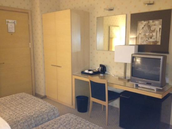 Holiday Inn Milan - Garibaldi Station: Wardrobe / dressing table area