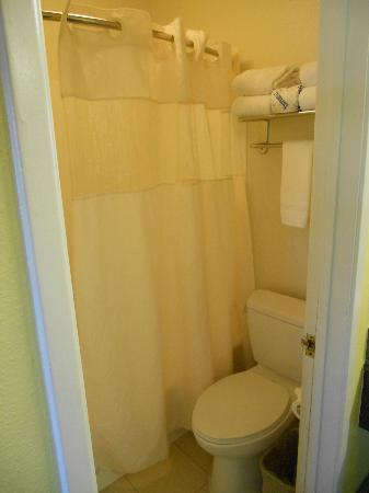 Anaheim Del Sol Inn: Small bathroom