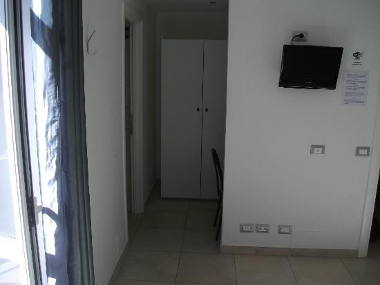 Lazy Night Guesthouse: room with closet, desk for working at laptop, connection to WIFI, TV, AC