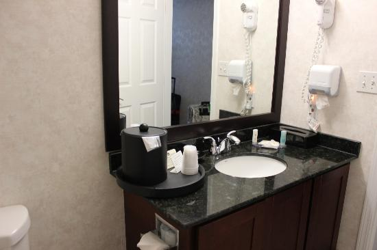‪‪Comfort Inn & Suites‬: bathroom‬