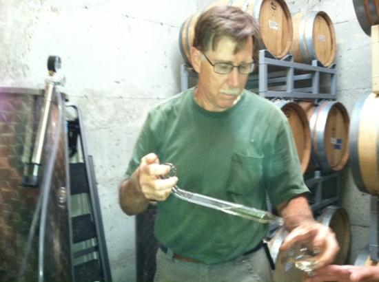 Meritage Meadows Inn: Tasting one of Bob&#39;s white wines in his cellar