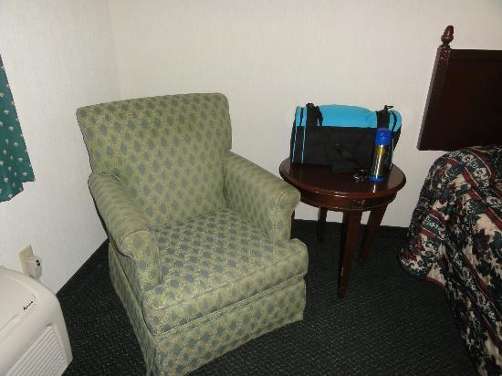 Rodeway Inn Wooster: Armchair was a nice bonus though chair not very comfy