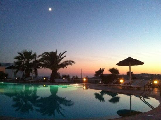Giannoulaki Village Hotel: sunset by the pool