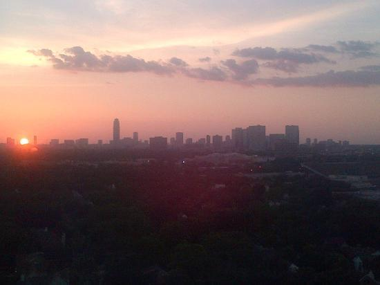 Hilton Houston Plaza/Medical Center: Sunset from my window on one of the top floors