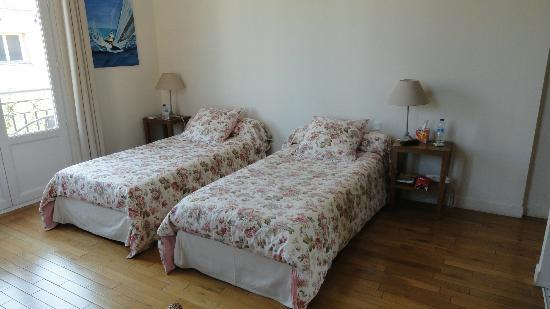 Hotel Villa Les Cygnes: Comfortable beds and extra room to separate them.