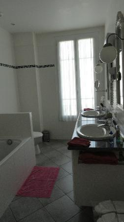Hotel Villa Les Cygnes: Spacious bathroom with 2 sinks, and magnifying mirror
