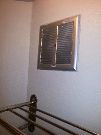 Travelodge Virginia Beach: dirty air vent