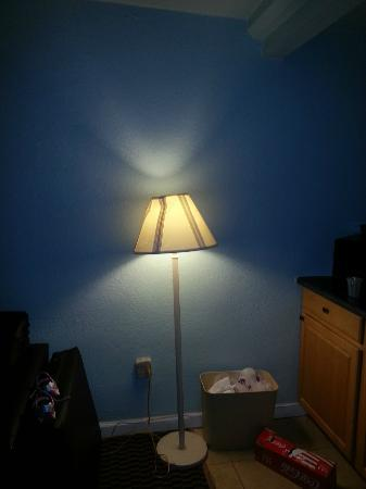 Travelodge Virginia Beach: broken lamp