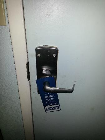 Travelodge Virginia Beach: lock not very secure