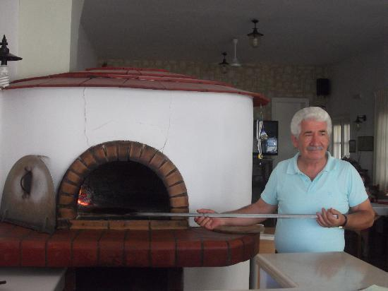 Anatoli Taverna: GIORGOS IN TRADITIONAL WOOD OVEN