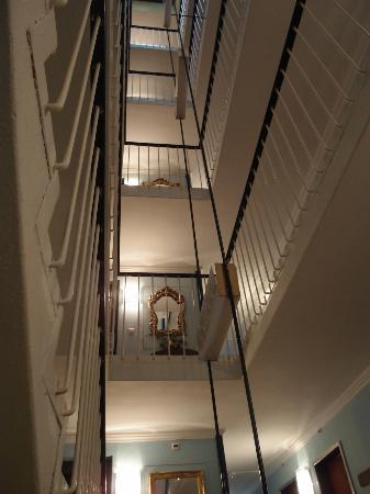 Luzernerhof Hotel: staircase up to the rooms