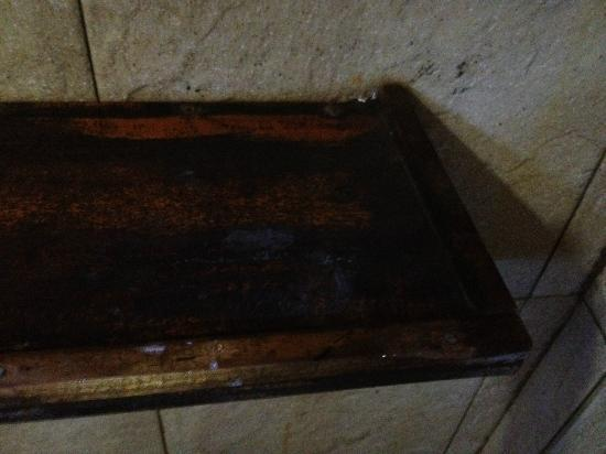 Rivertime Resort and Ecolodge: scum on bathroom shelf