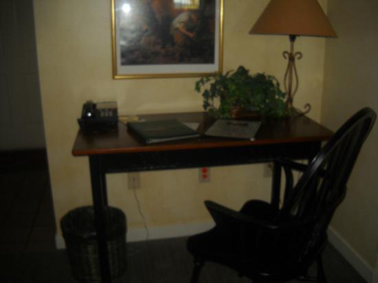 The Inn at Turkey Hill: Desk area of a stables room