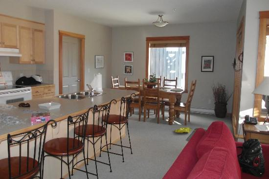 Canmore Crossing: Kitchen and Dining