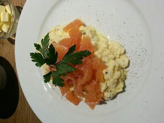 Hadley Bowling Green Inn: Smoked salmon and scrambled eggs which was lovely