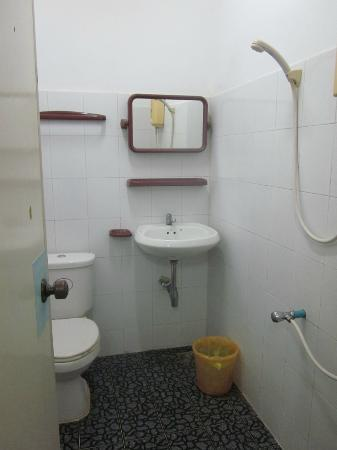 Sunday Guest House: The bathroom/wetroom