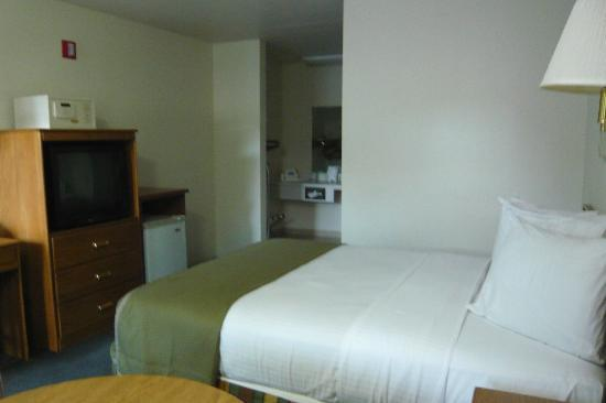 Howard Johnson Express Roseburg: Small fridge and microwave in room