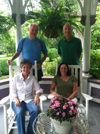 Beaufort House Inn: Jim and Chris, the innkeepers, with us on the porch