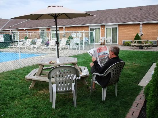 Super 8 Port Elgin: relaxing around the pool with our morning coffee
