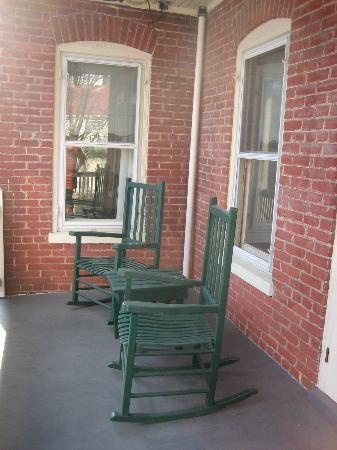 Brickhouse Inn Bed & Breakfast: Veranda outside the sitting room