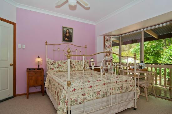 Avocado Grove B&B: Hass room with queen bed