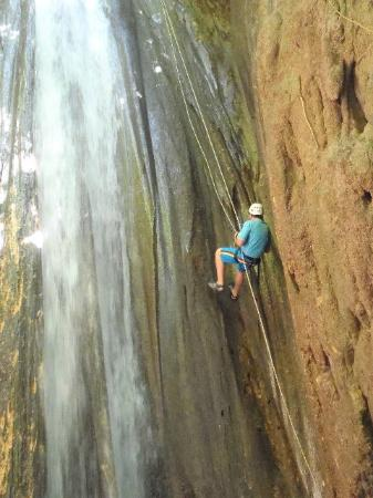 El Remanso Lodge: Water rappelling