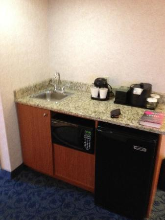 Embassy Suites Hotel Cincinnati - Rivercenter / Covington: wet Bar Area of Suite