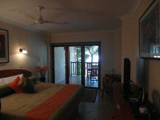 Hibiscus Gardens Spa Resort: Balcony bi-fold doors