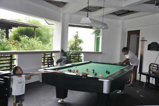 Acuatico Beach Resort & Hotel: Billiards.. father vs the son :)