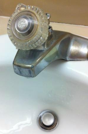 Governor Hotel: Outdated faucet