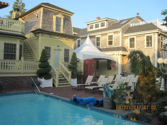 Brass Key Guesthouse: Enjoy the sun or relax in a shaded spot near the snack bar.