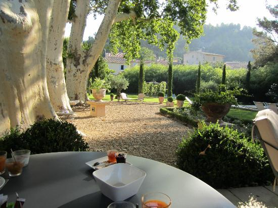 La Bastide de Boulbon: breakfast on the terrace