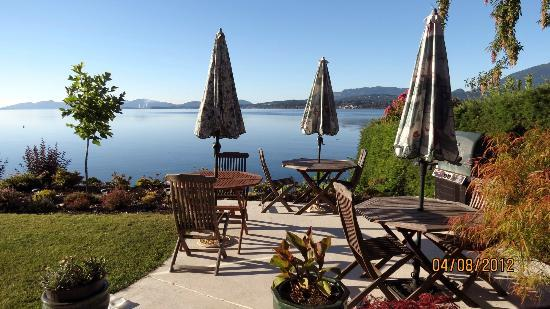 Beachside Garden B & B: Breakfast with a view