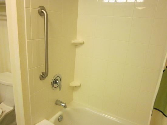 Fairfield Inn & Suites Wilmington / Wrightsville Beach: a helpful safety bar in the bathtub