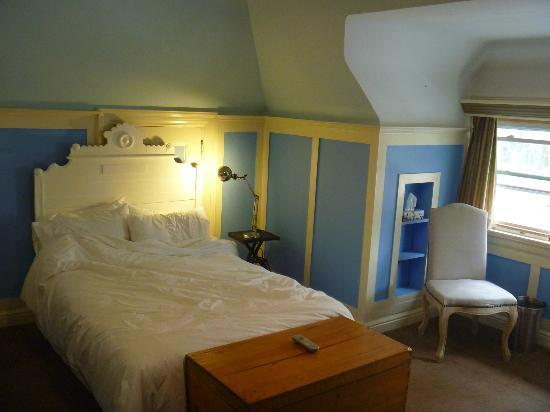 Banting House Inn: The second of two queen beds in the Okanagan (Doll House) room & top floor window (view to stree