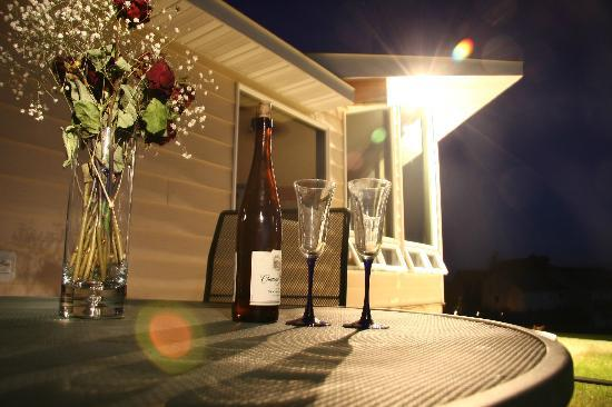 Tranquility Bed and Breakfast: Wine & dine on the patio