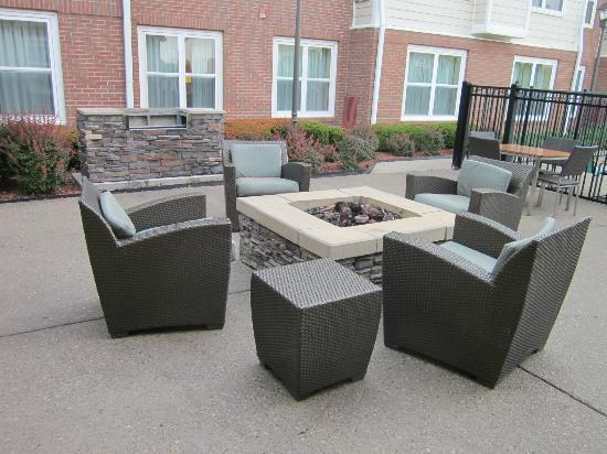 Residence Inn Lexington South / Hamburg Place: outside lounge &amp; firepit
