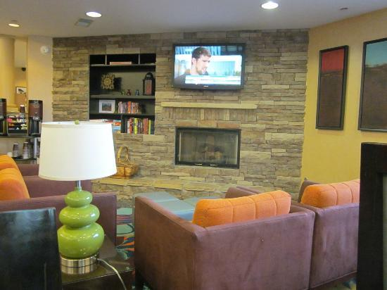 Residence Inn Lexington South / Hamburg Place: lounge off of eating area