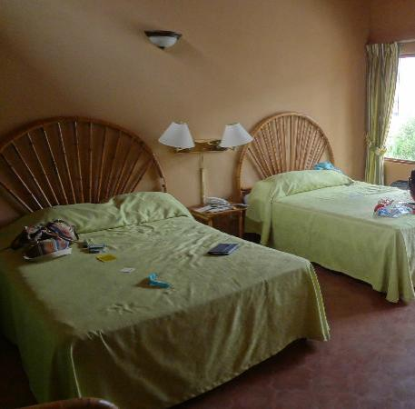 Hotel El Velero: Spacious room.