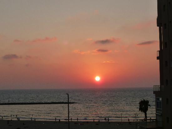 Hotel de la Mer: Sunset over Tel Aviv from roof terrace