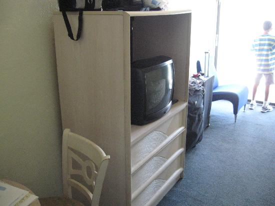 Ocean Plaza Motel: Part of main room with tv.