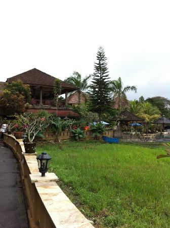 Cendana Resort and Spa: Restaurant (2 storey) and walkway to saltwater pool
