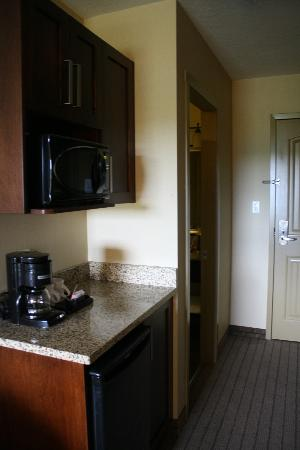 Holiday Inn Express Hotel & Suites Courtenay Comox Valley SW: mini kitchen in room