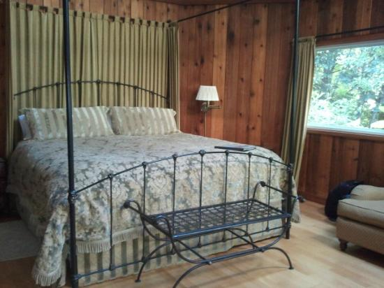 Gazebo Bed and Breakfast: Comfy bed in cottage