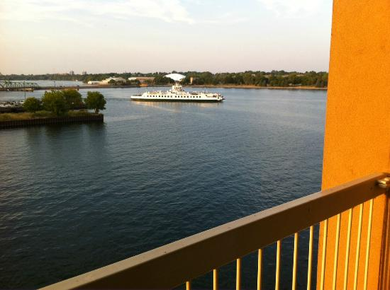 Holiday Inn Kingston - Waterfront: Wolfe Island Ferry from our balcony