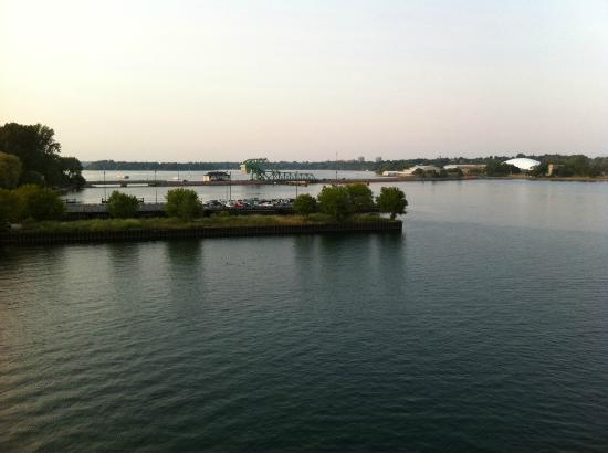 Holiday Inn Kingston - Waterfront: Lift bridge over river from our balcony