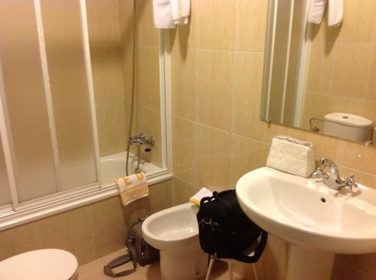 petite salle de bain hotel eo picture of hotel eo ribadeo tripadvisor. Black Bedroom Furniture Sets. Home Design Ideas